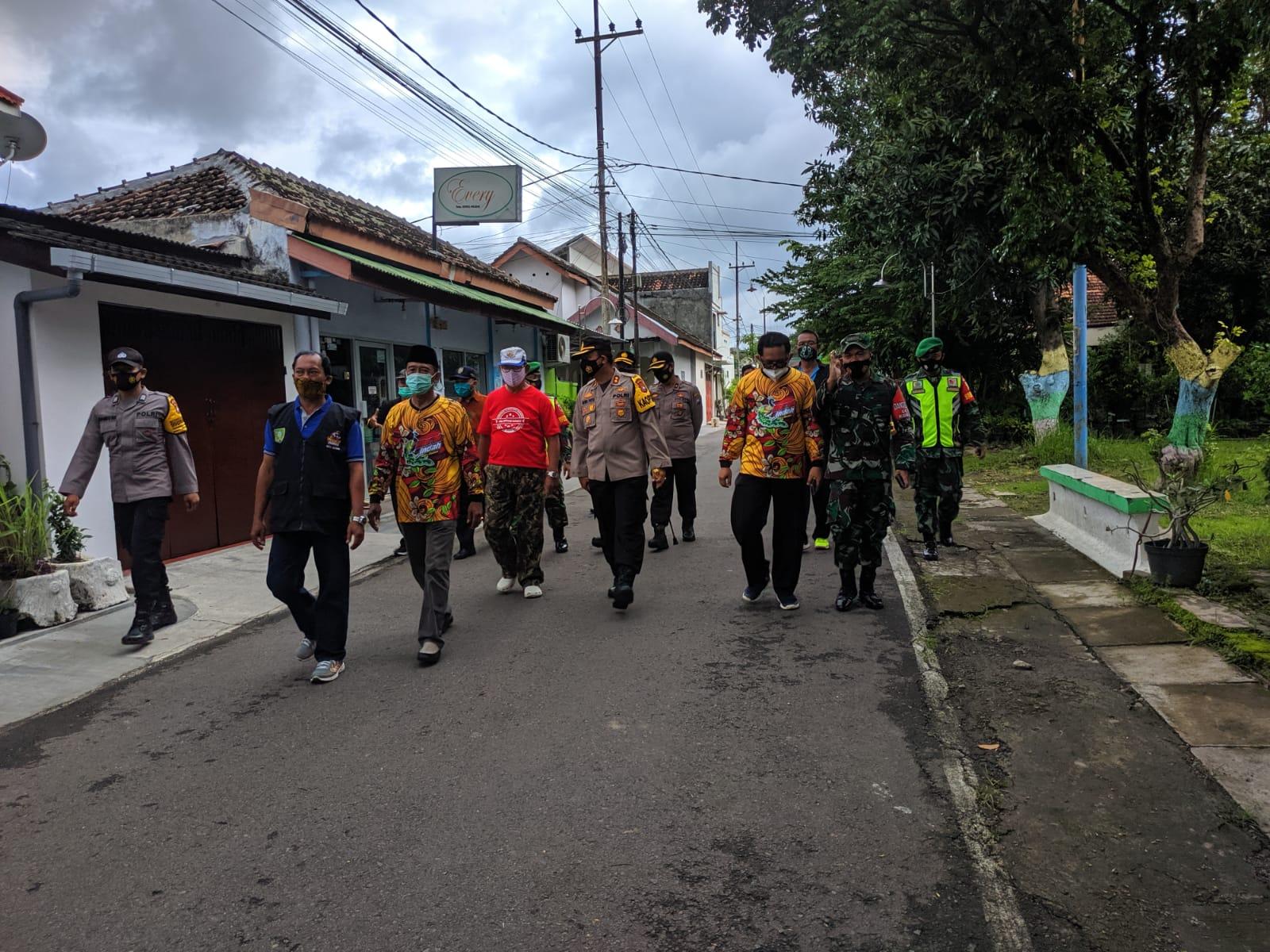 """Kunjungan Bapak Kapolres Madiun bersama DanDim di Kampung Tangguh Semeru """"MERAK INDAH"""" Kelurahan Nambangan Kidul Kecamatan Manguharjo Kota Madiun."""