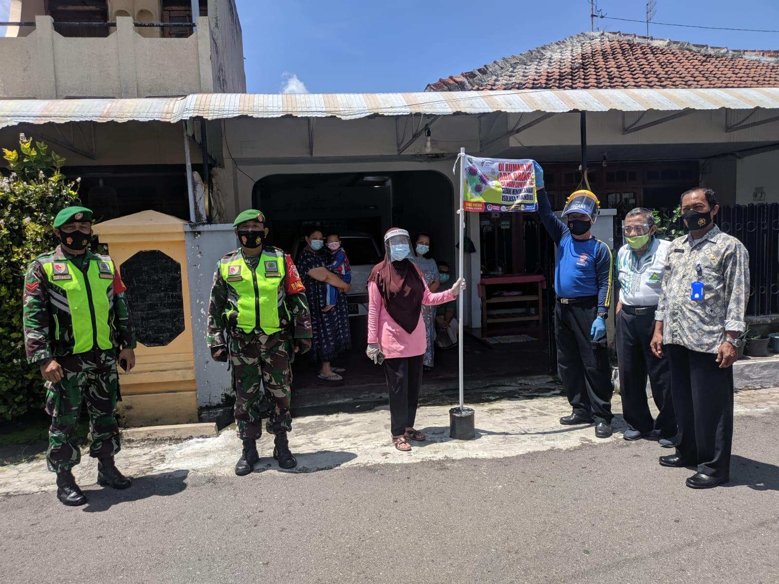 Pemasangan Bendera tanda Isolasi Mandiri oleh 3 Pilar Kelurahan